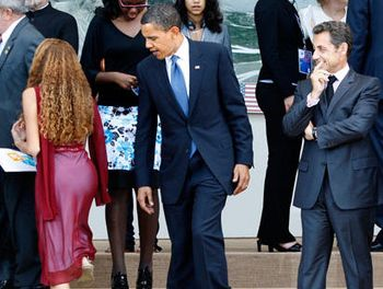 Obama_sarkozy_girl_steps