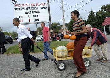 Ap_us_obama_fist_lady_pumpkins_19Oct11-878x626