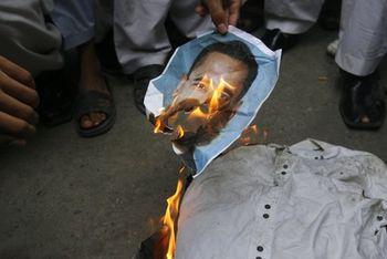 Obama-torched-karachi